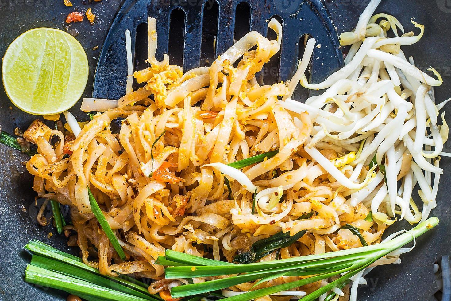 comida tailandesa - padthai quente na panela foto