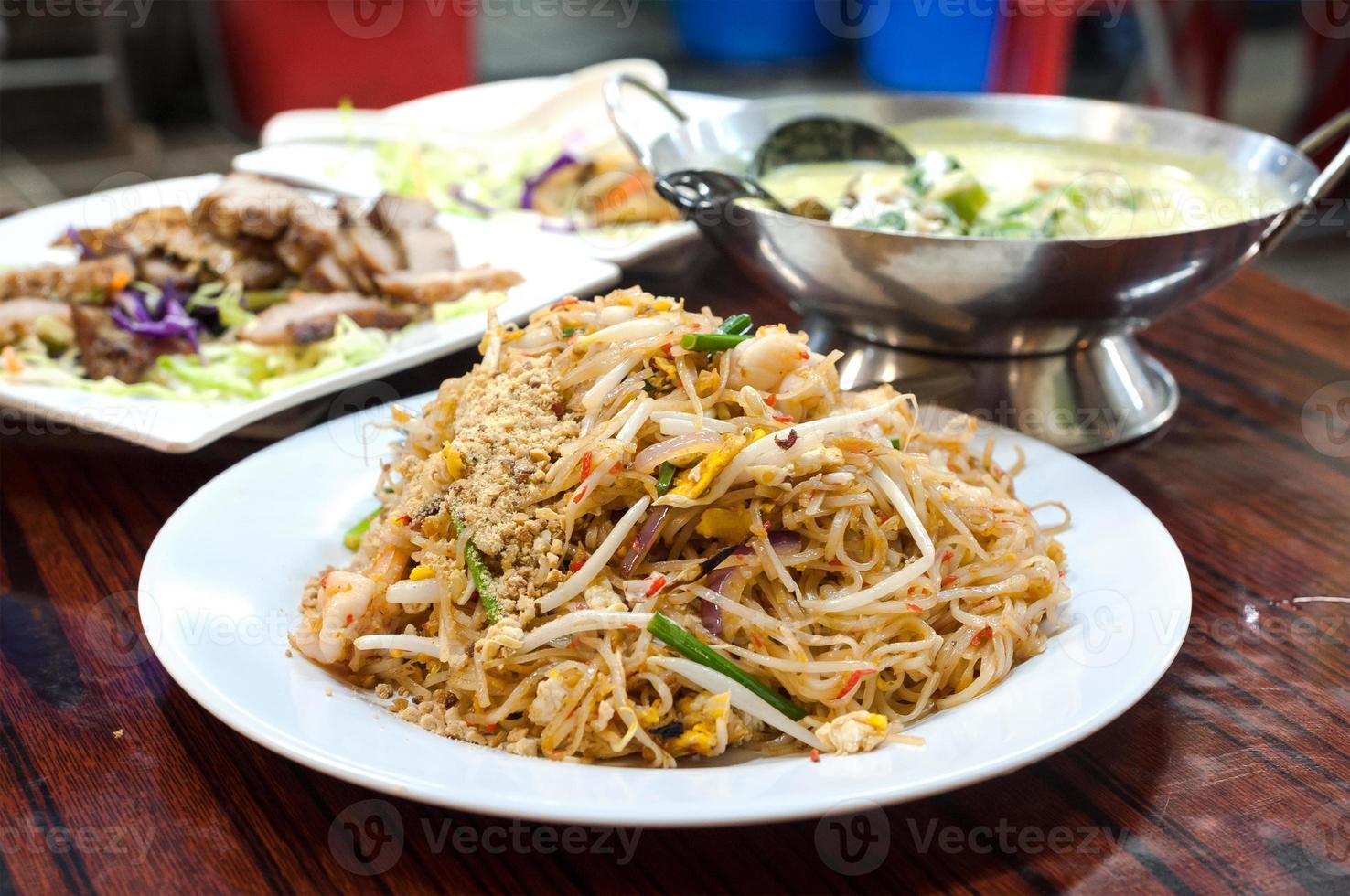 pad macarrão tailandês em um centro de alimentos cozidos de hong kong foto