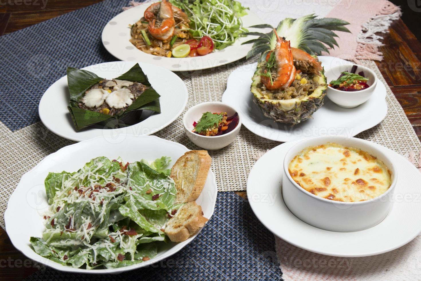 conjunto de mistura de fusão Tailândia com comida oriental foto