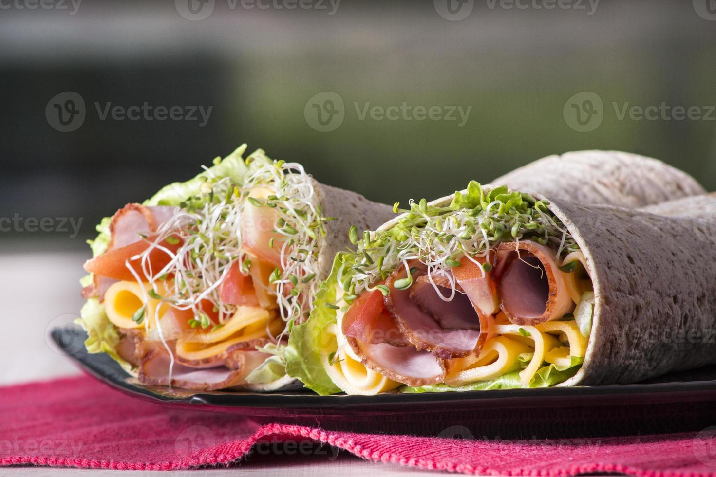 rolos de sanduíche tortilla embrulhados foto
