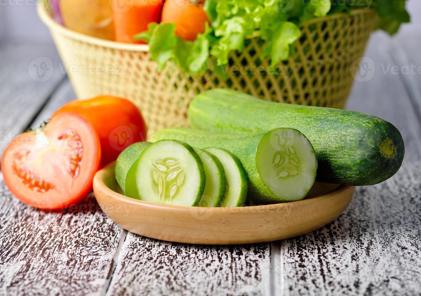 legumes isolados em um fundo de madeira foto