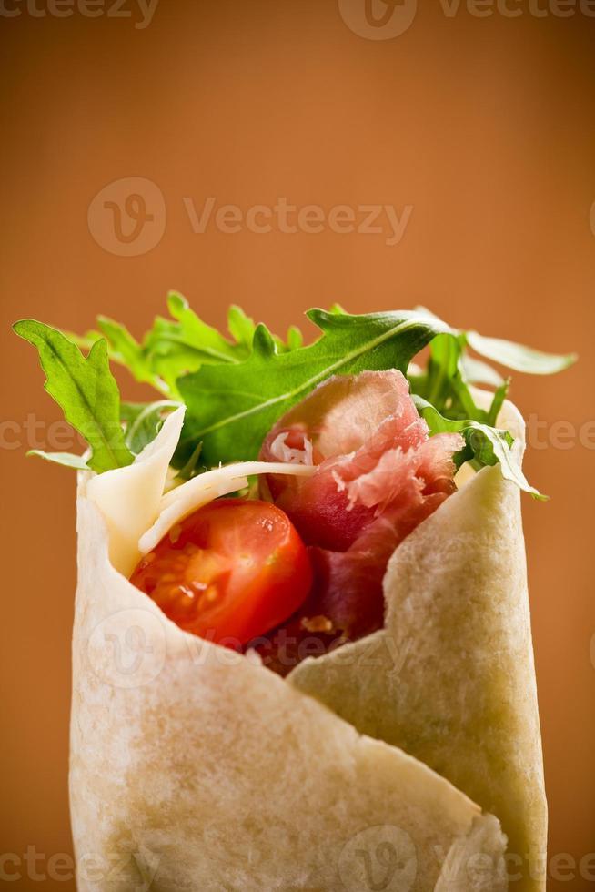 tortilhas com salada de bacon e rúcula foto