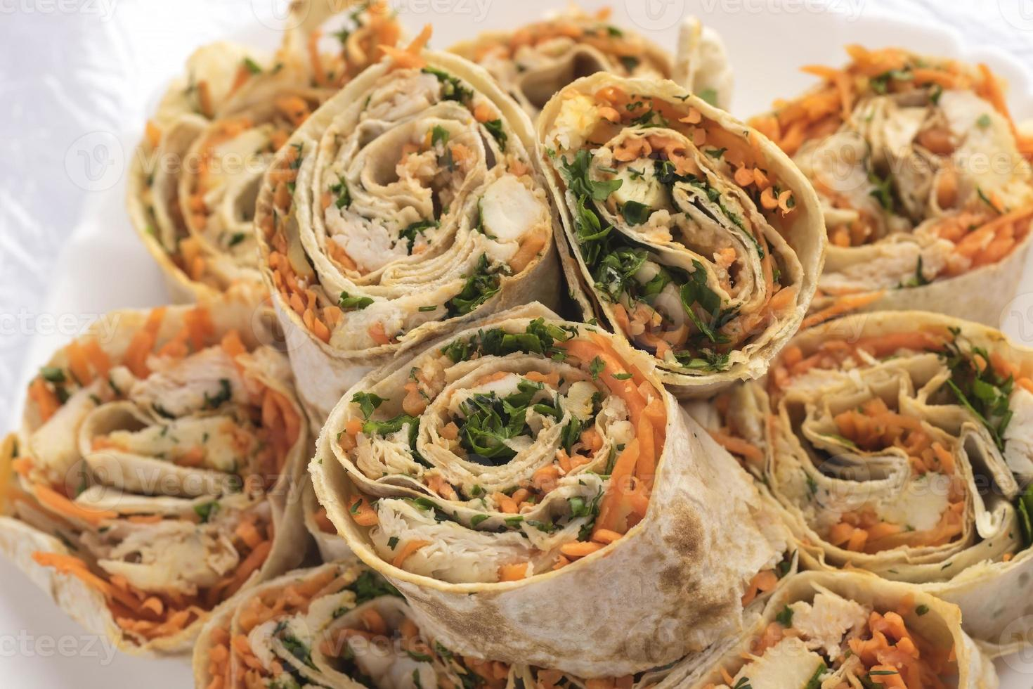 pãezinhos com cenoura, frango e verduras foto