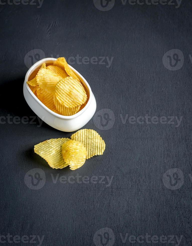 batatas fritas na tigela foto
