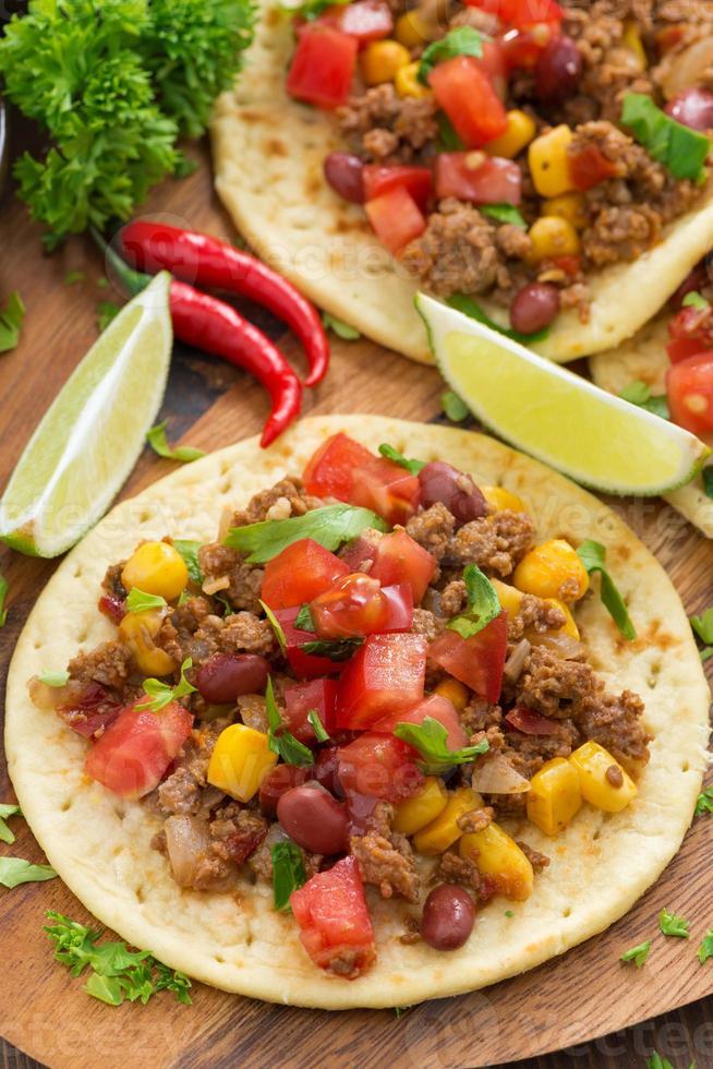 cozinha mexicana - tortilhas, chili com carne e molho de tomate foto