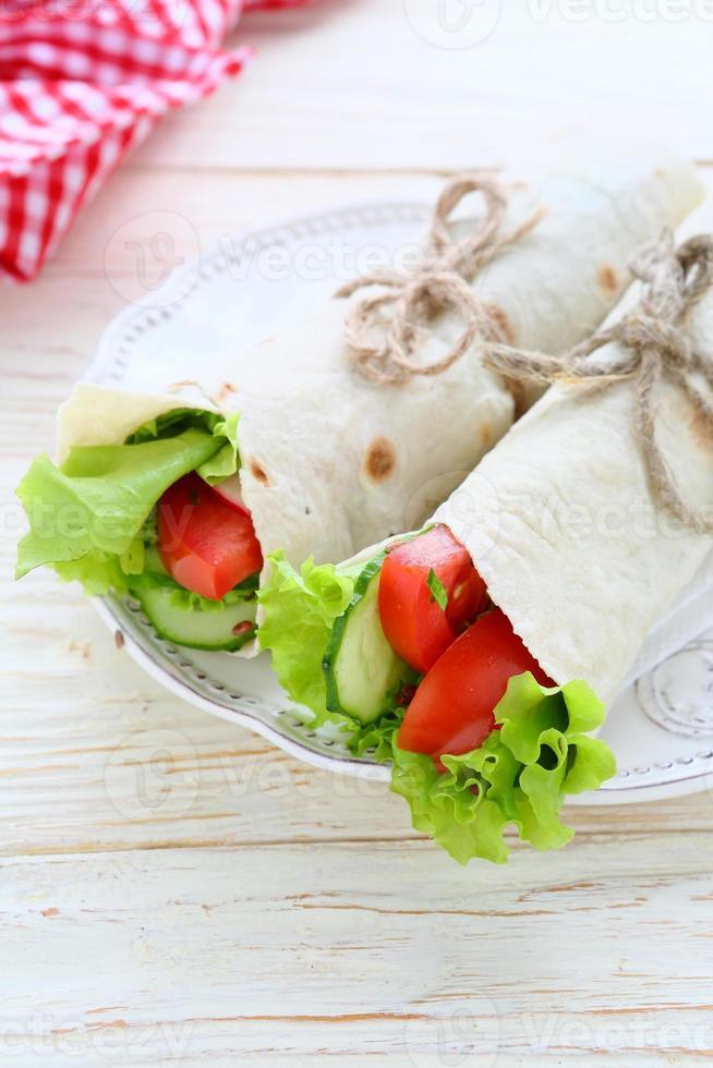 pão árabe com legumes foto
