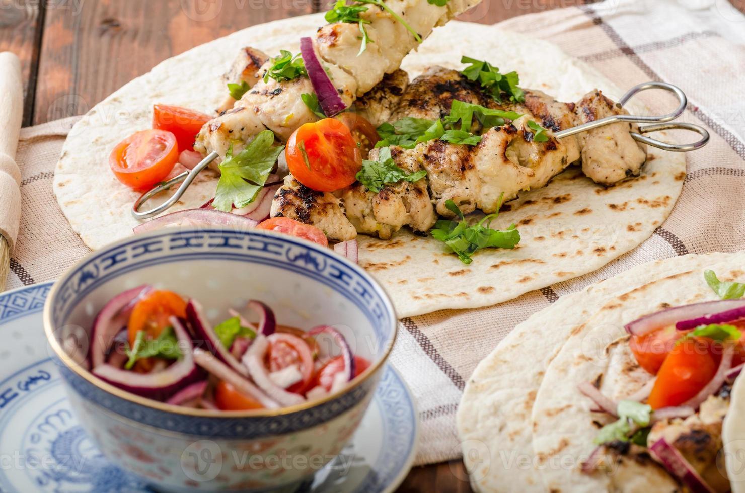 kebab de peru com salsa e salsa foto