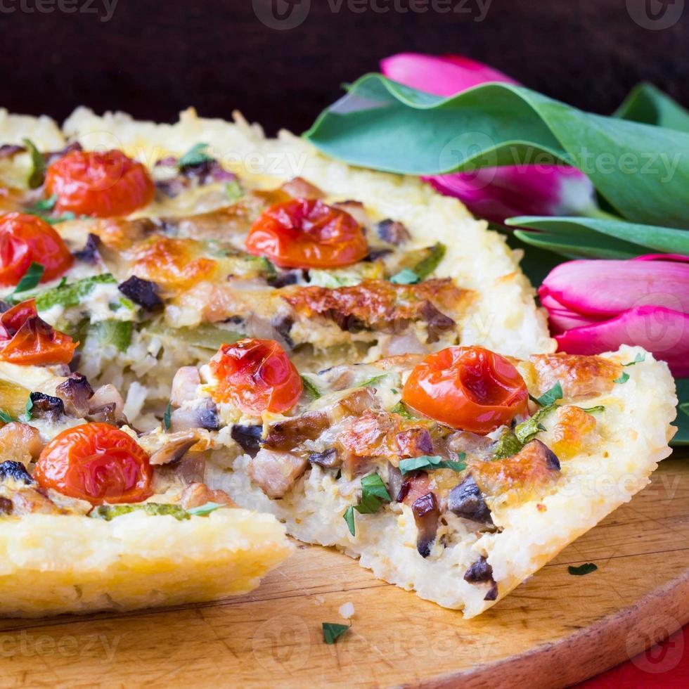 quiche de torta francesa com tomate, presunto, ovo, queijo, prato saboroso foto
