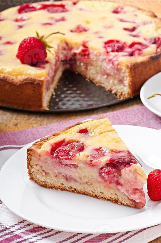 torta francesa (quiche) com morangos foto