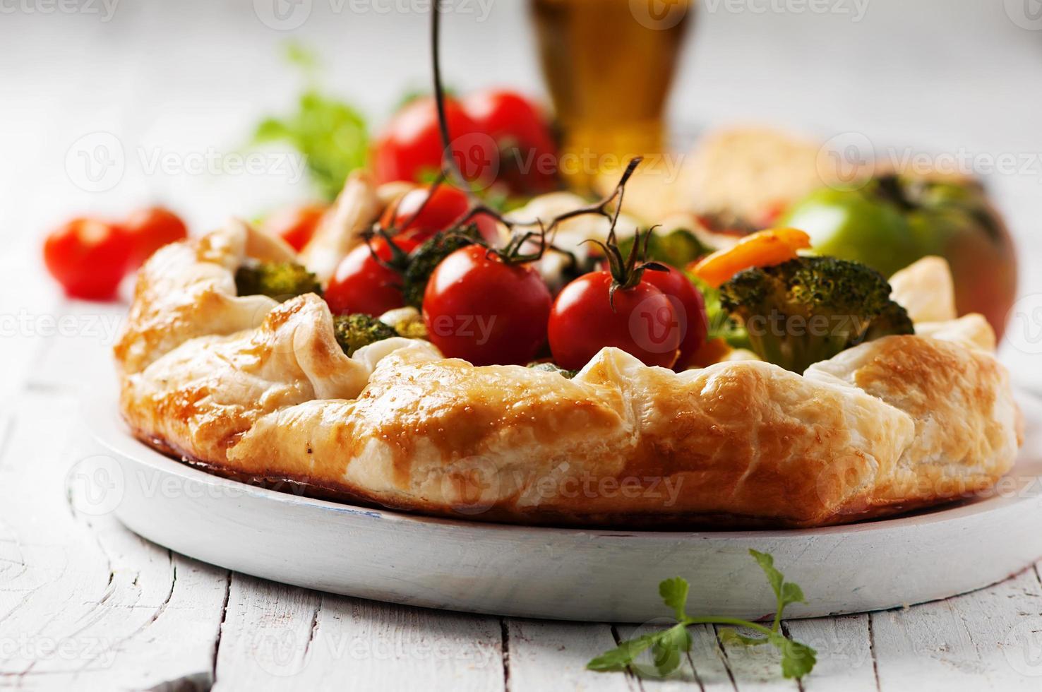 torta vegetariana com brócolis, tomate, pimentão e queijo foto