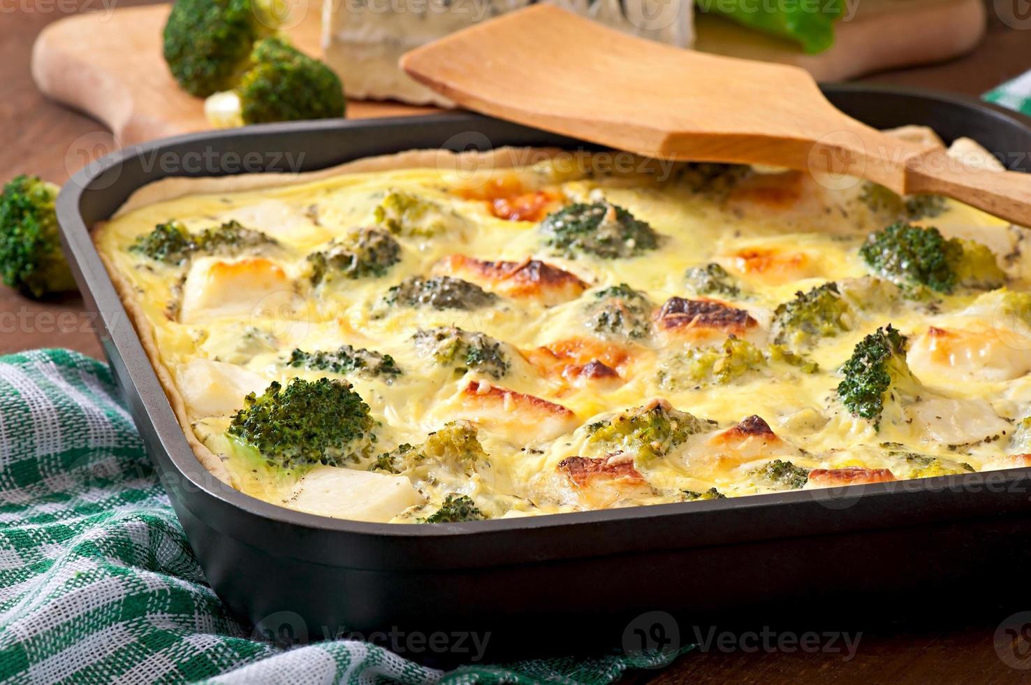 quiche com brócolis e queijo feta foto