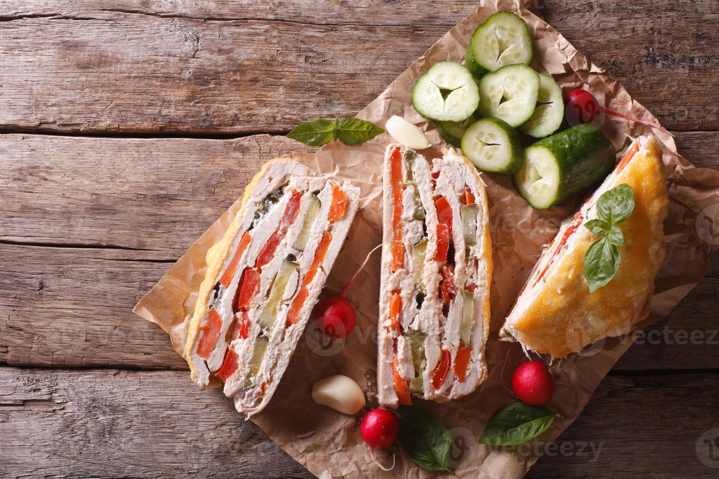 pedaços de torta de frango e legumes vista superior horizontal foto