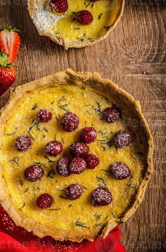 torta de limão com alecrim e frutas foto