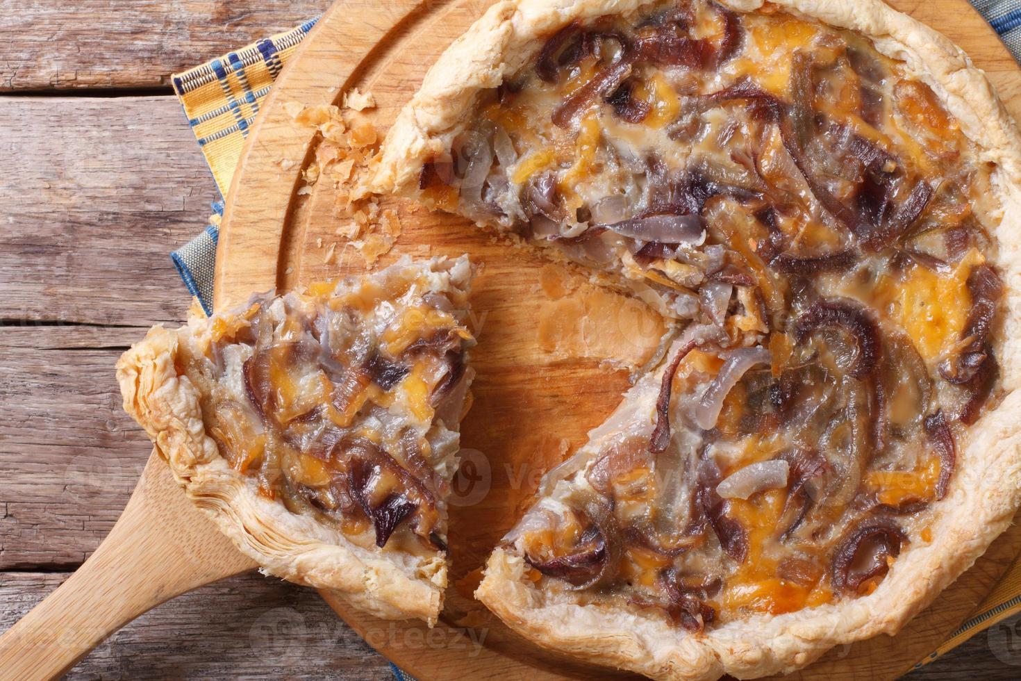 torta de cebola fatiada com vista superior horizontal de queijo foto