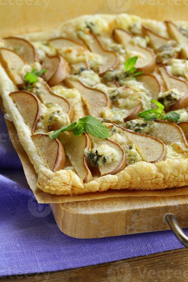 torta de massa folhada com queijo Roquefort e peras foto