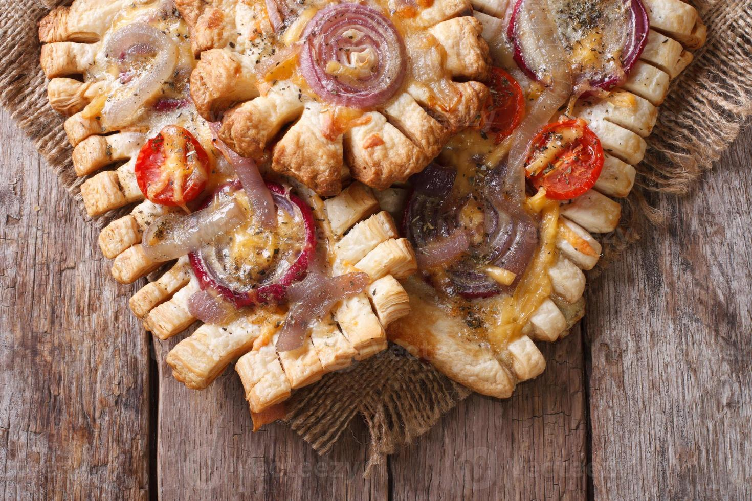 tortas com cebola vermelha e tomate horizontal vista superior closeup foto