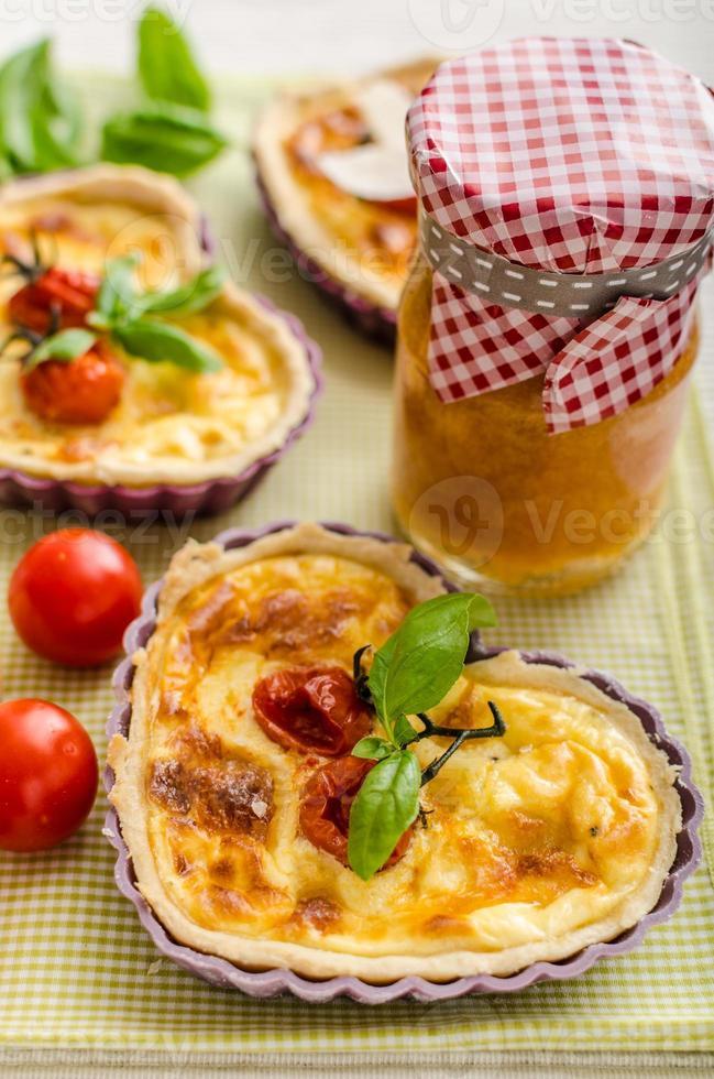 quiche com queijo e tomate cereja foto