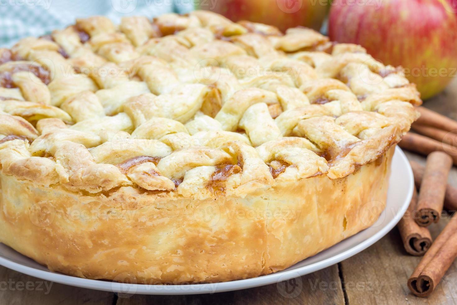 torta de maçã deliciosa caseira com padrão de treliça foto