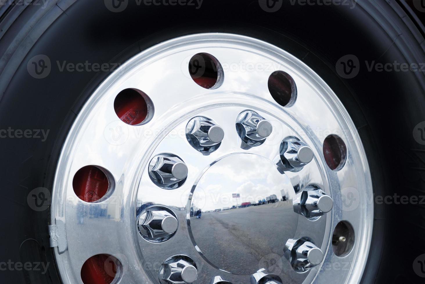 roda de caminhão foto