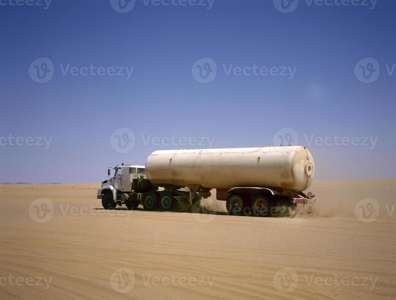caminhão dirigindo pelo deserto árabe foto