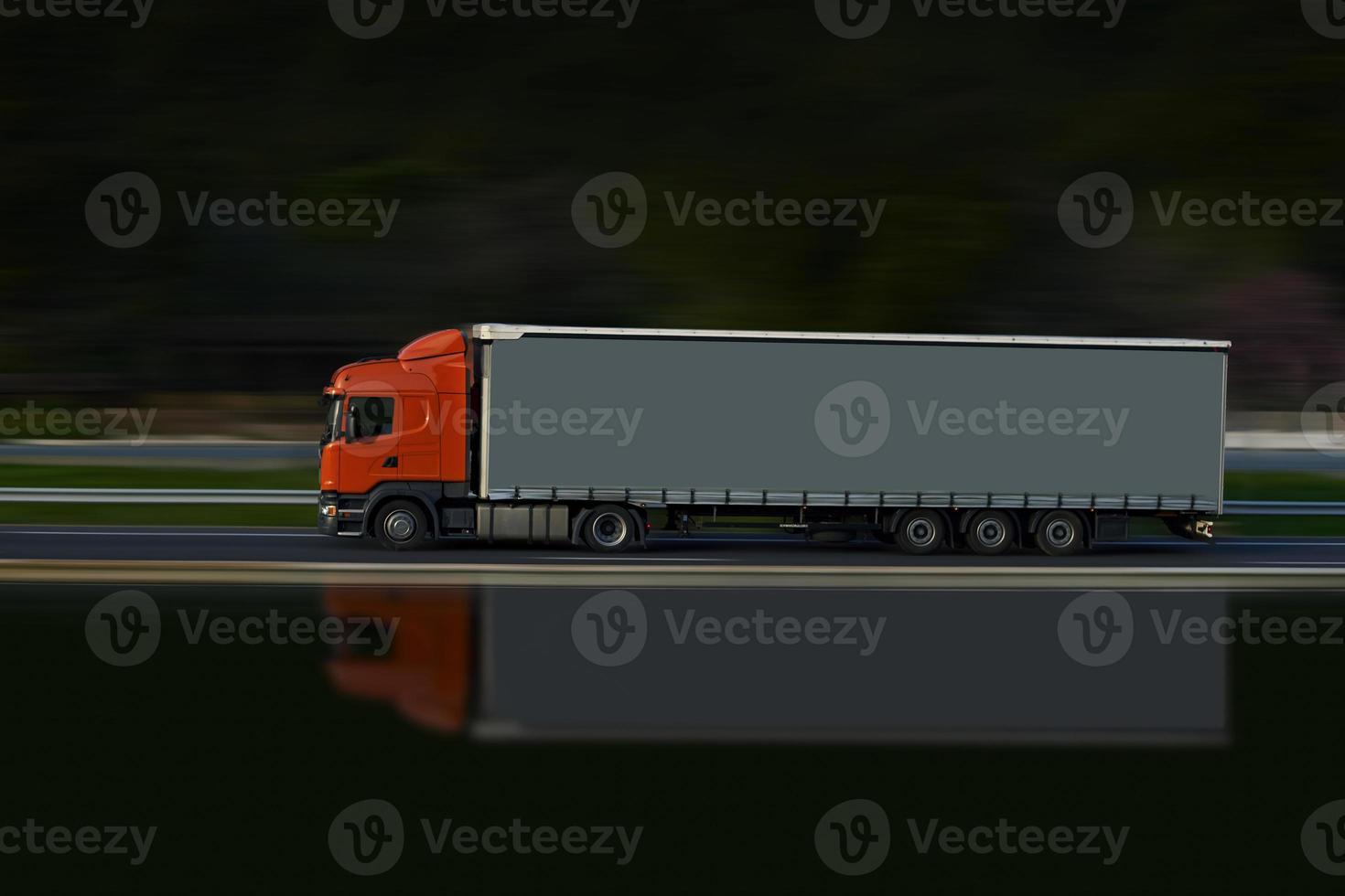 caminhão vermelho e cinza foto