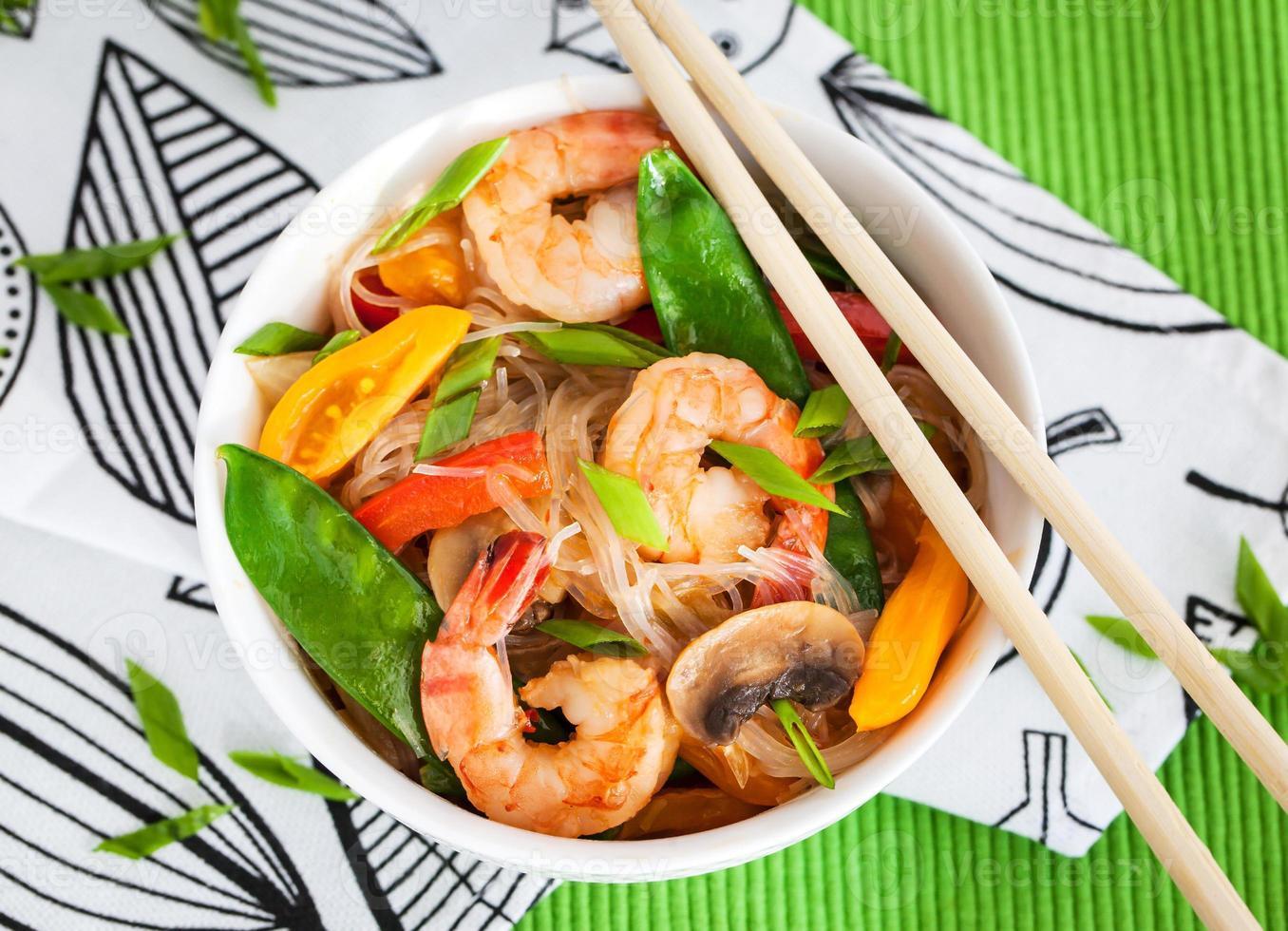 macarrão de arroz com camarão e legumes foto