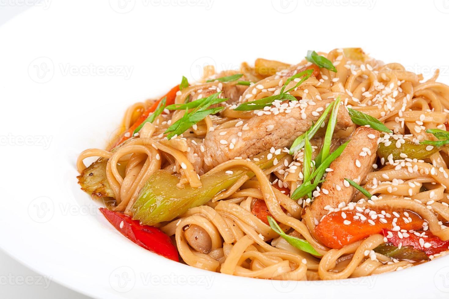 a agulha de udon com carne de porco e legumes foto