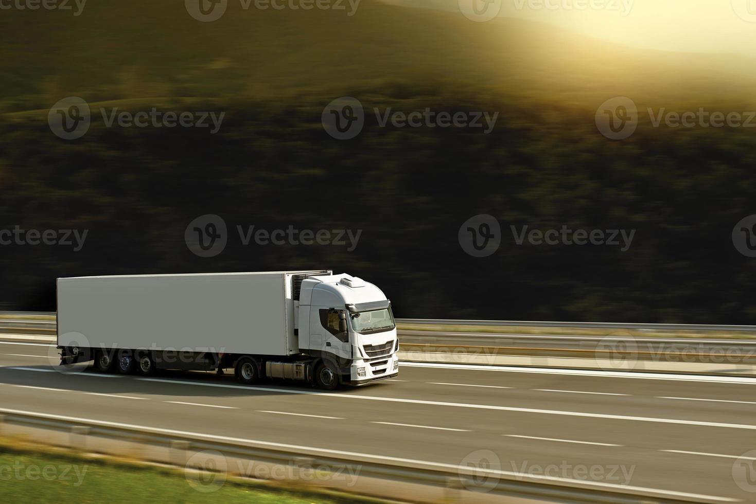 caminhão semi com luz solar foto