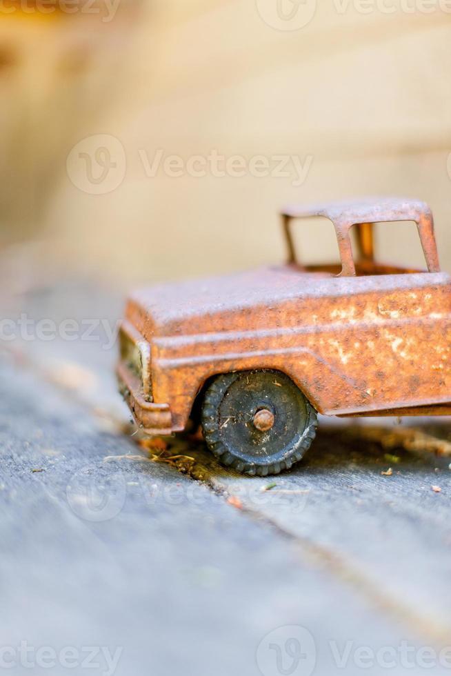 pequeno caminhão de brinquedo foto