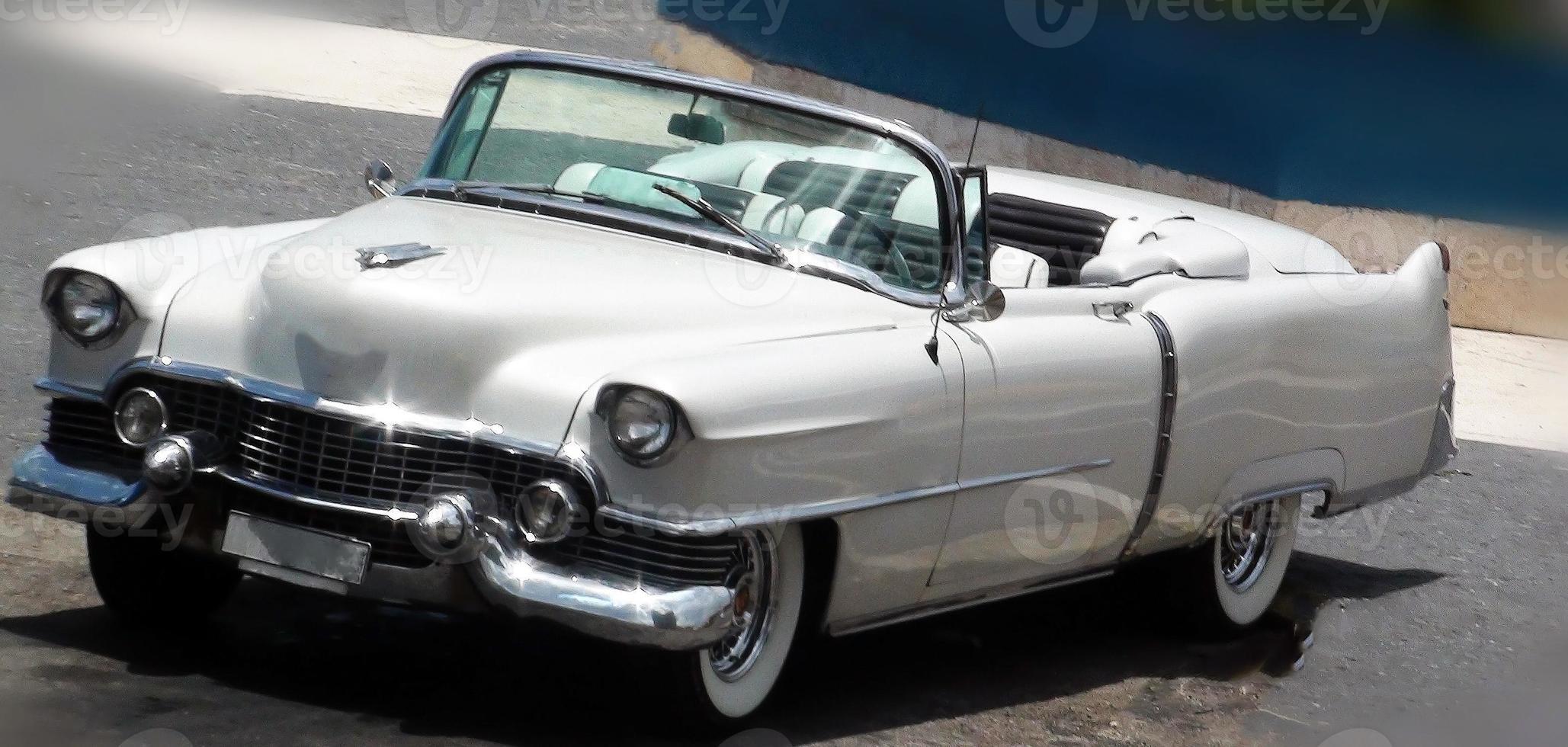 vista do lindo carro antigo clássico conversível foto