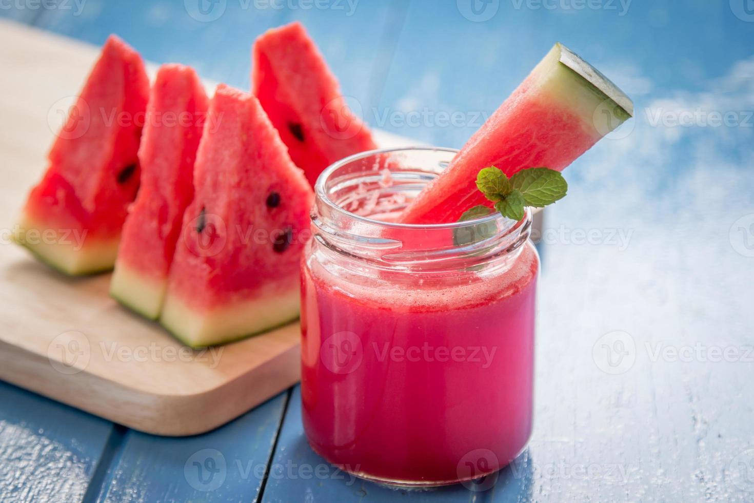 smoothie de melancia com fatias de melancia foto