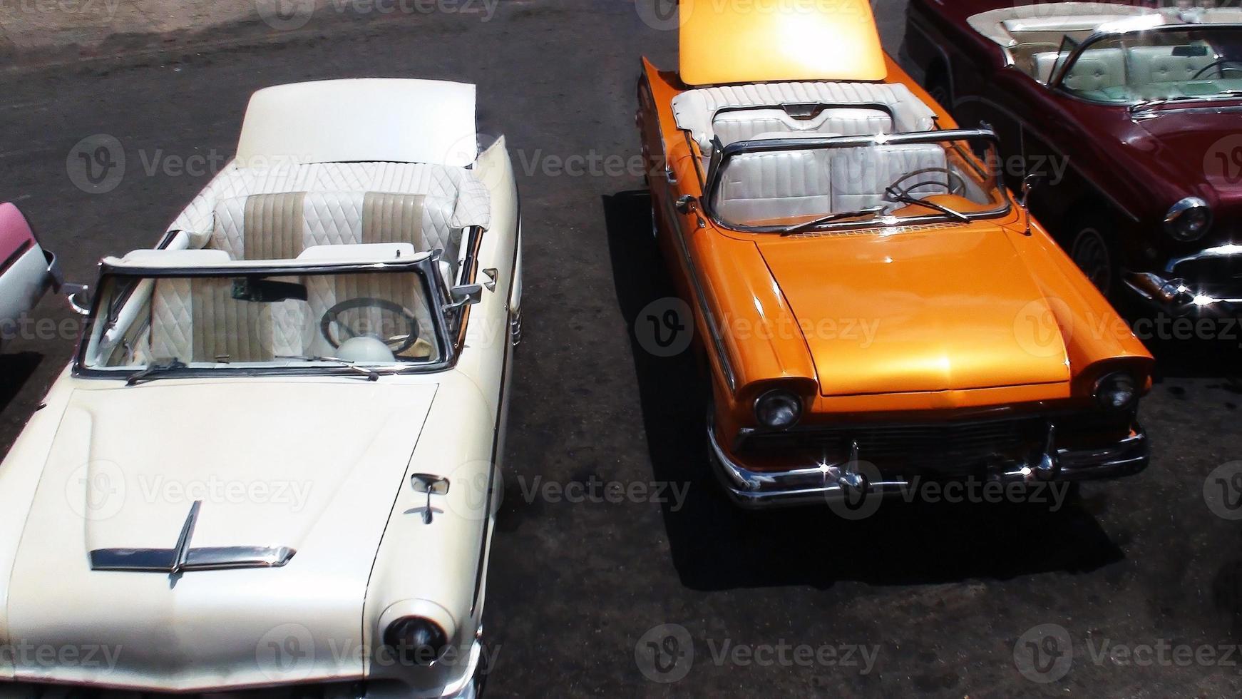 Vista aérea de conversíveis de carros clássicos americanos foto
