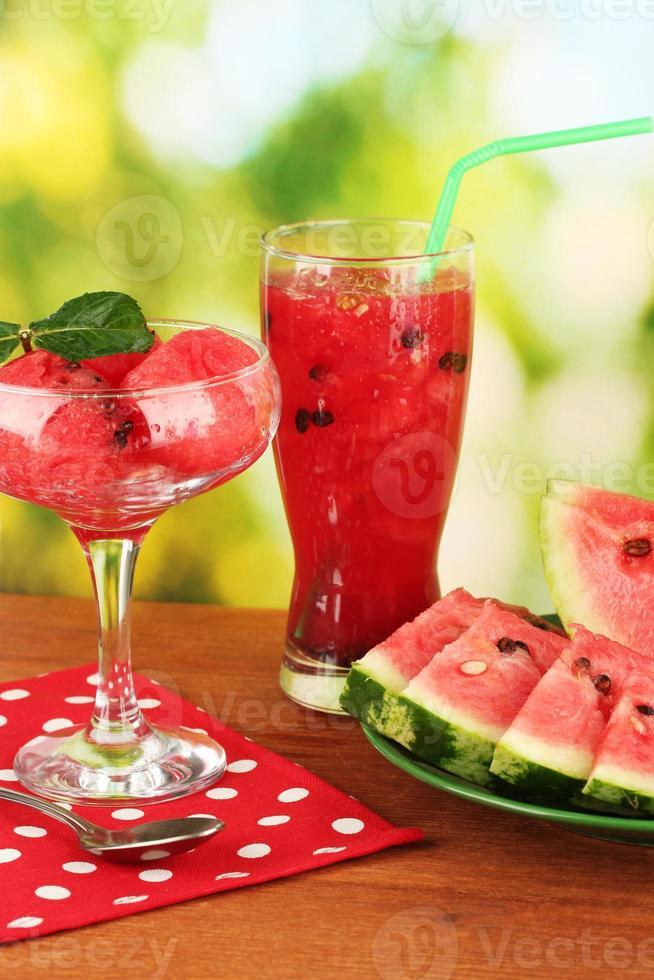 sobremesas refrescantes de melancia em close-up de fundo verde foto