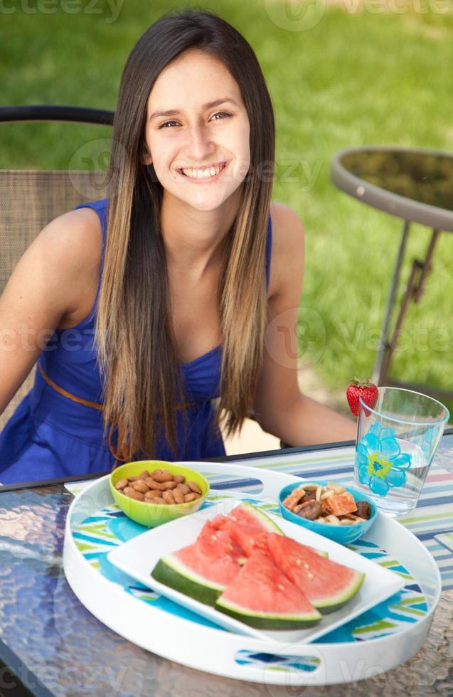 retrato de uma jovem mulher sorrindo foto