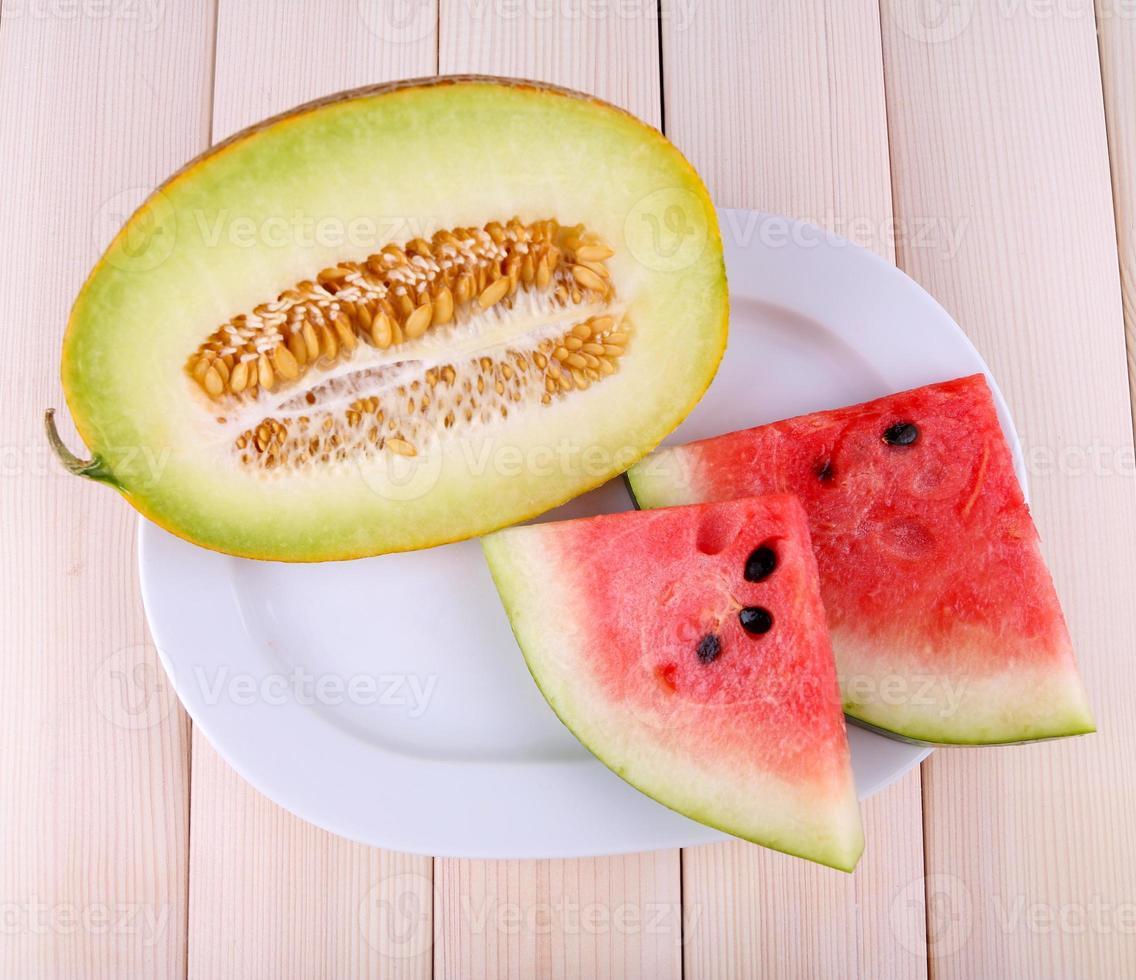fatias de melancia no prato fundo de madeira foto