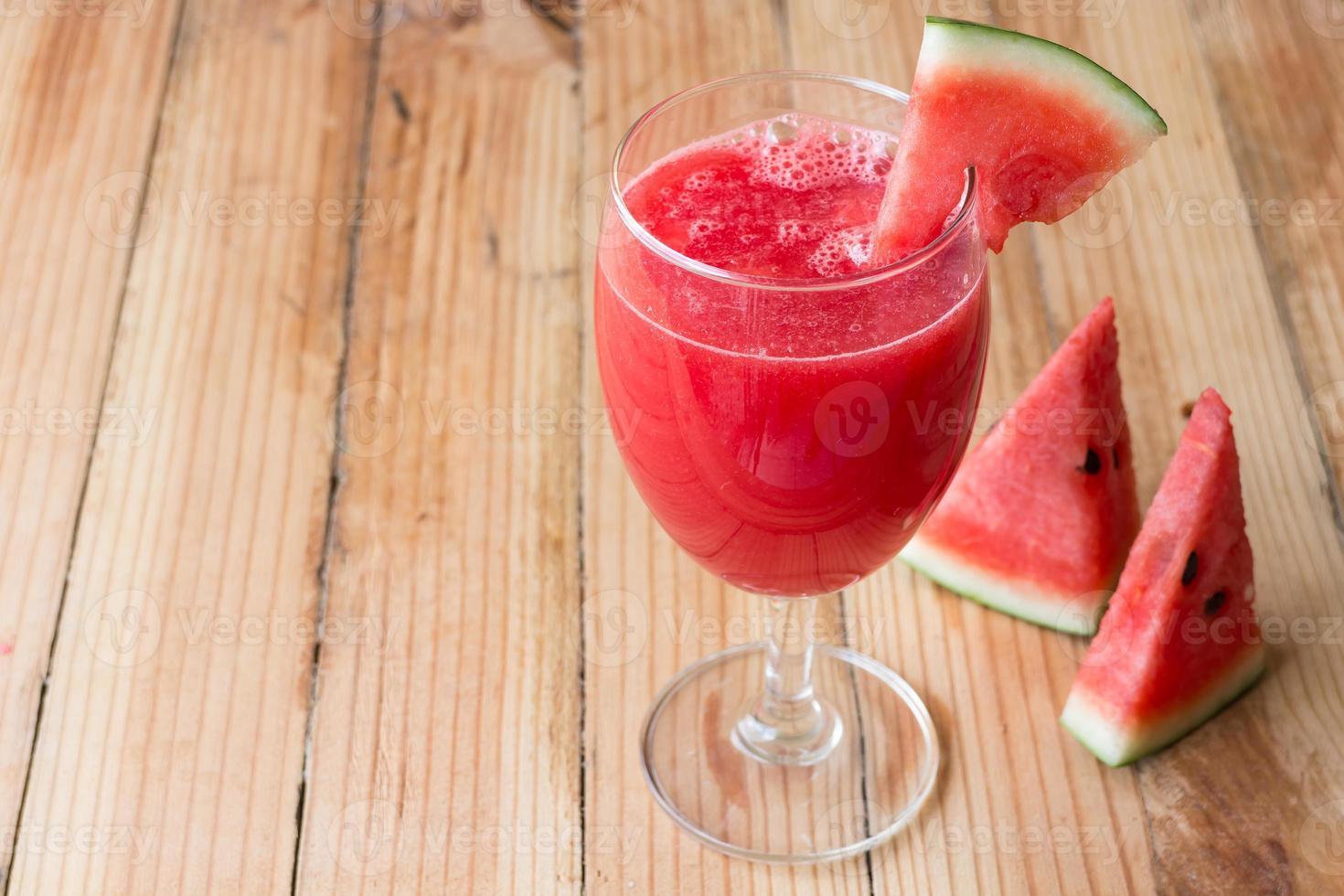 suco de melancia no copo foto
