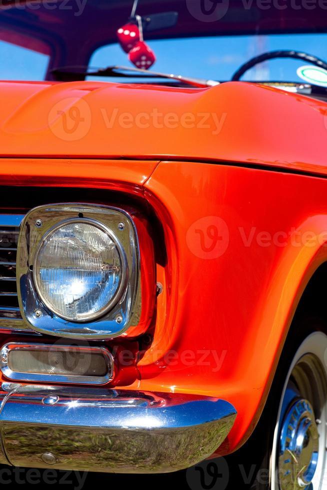 farol dianteiro cromado vermelho vintage vista frontal de caminhão foto
