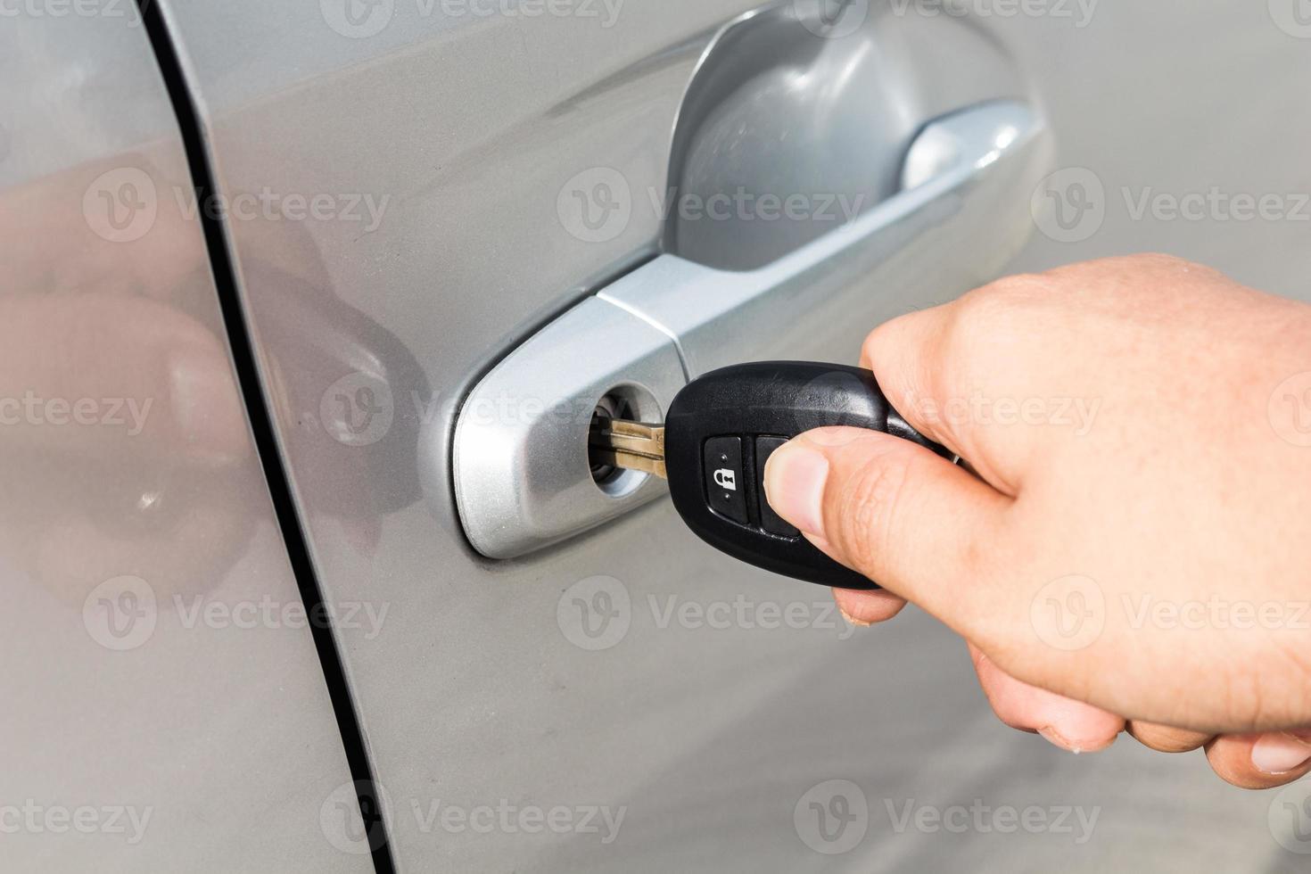 homem com chave do carro foto