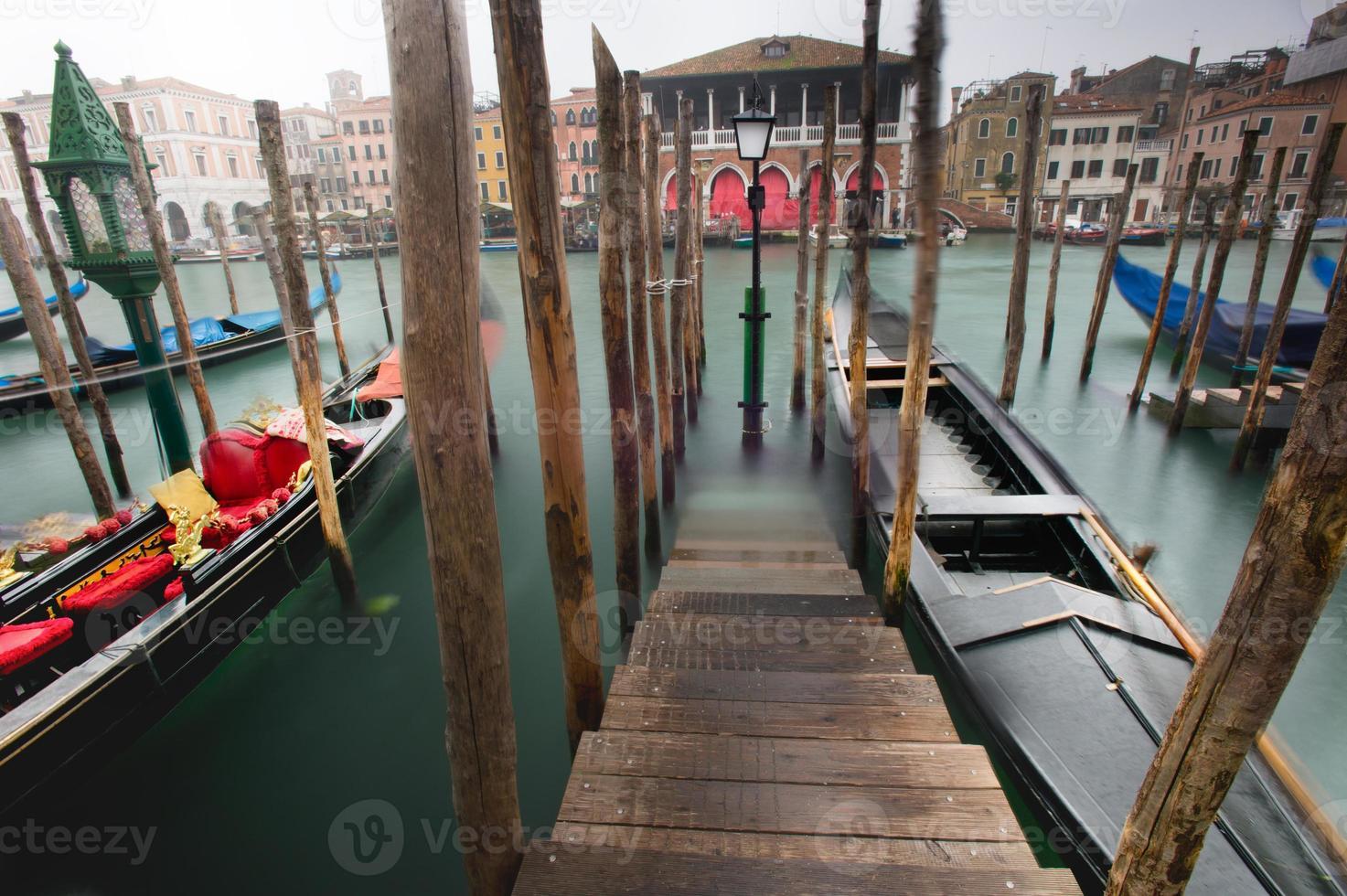 gôndolas no grande canal de Veneza foto
