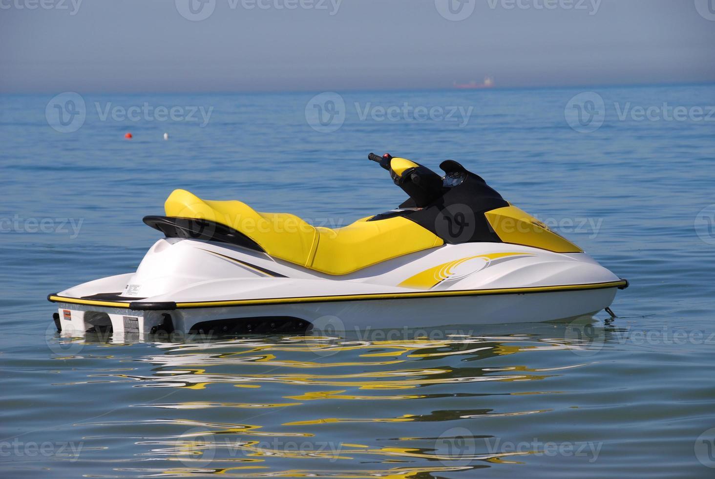 barco a jato no mar foto