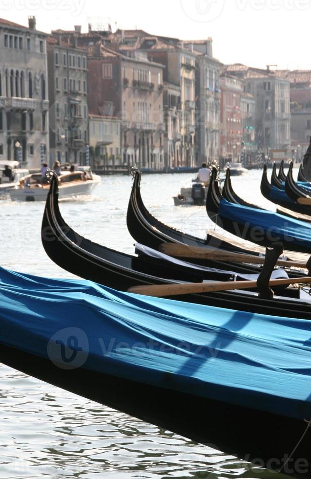 gôndolas no grande canal de Veneza, Itália. foto