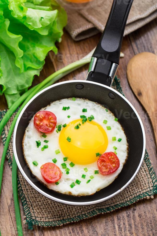 ovo frito em uma panela pequena foto
