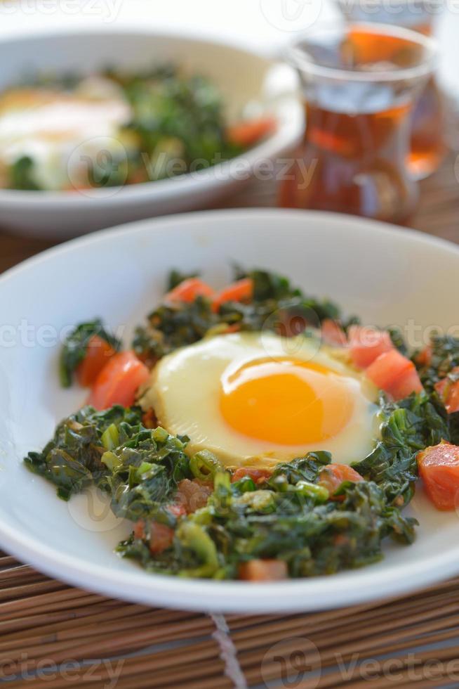 ovos fritos com espinafre foto