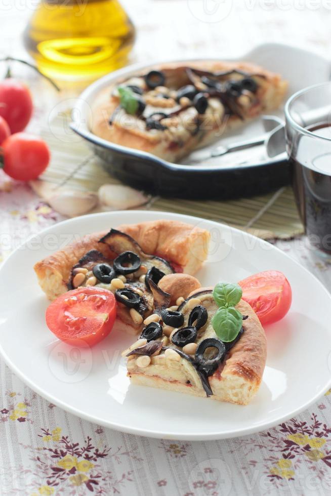 torta vegetariana com berinjela, azeitonas e pinhões foto