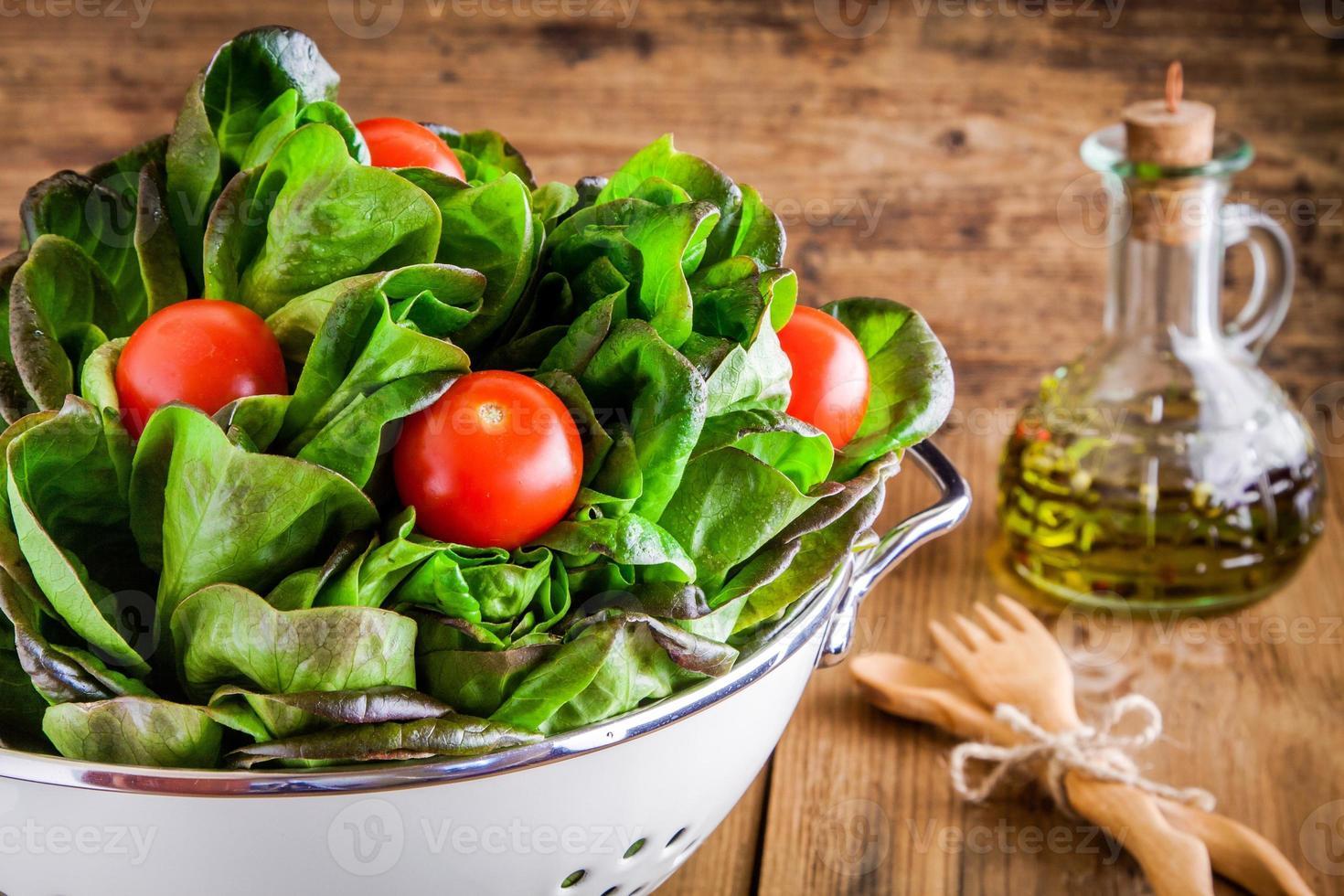 hora do almoço: alface orgânica verde fresca com tomate cereja foto