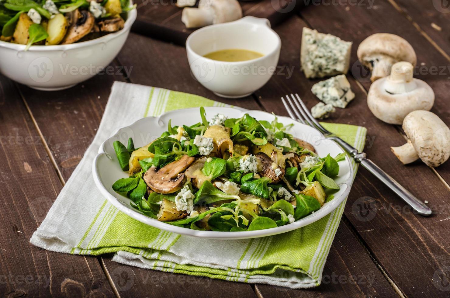 salada fresca com legumes e queijo azul foto