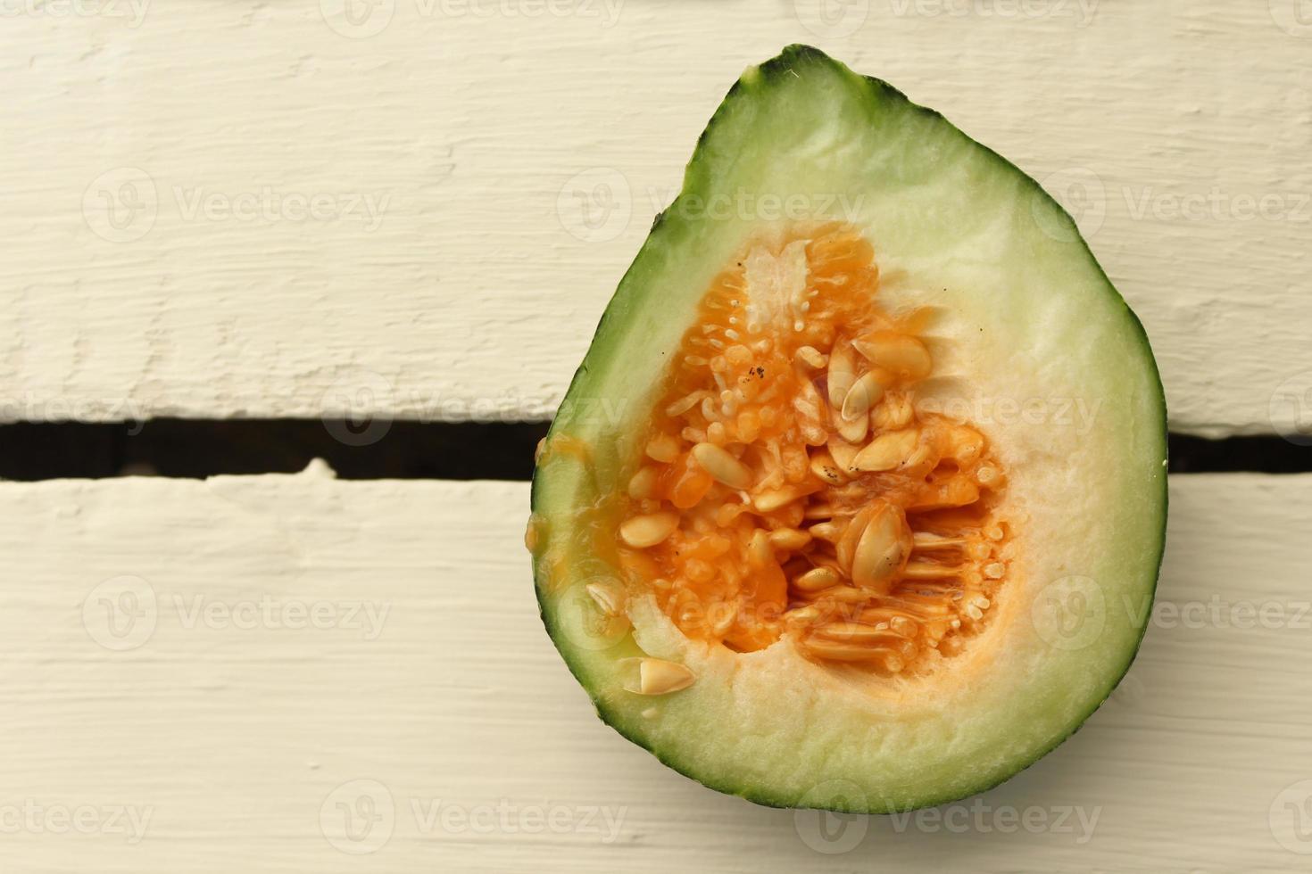 melão fatiado em um fundo de madeira foto