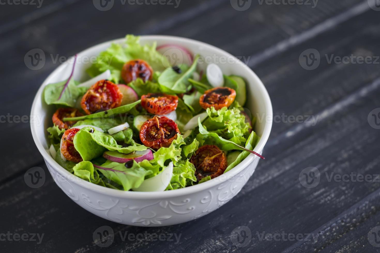 salada com legumes frescos, ervas do jardim e tomate seco foto