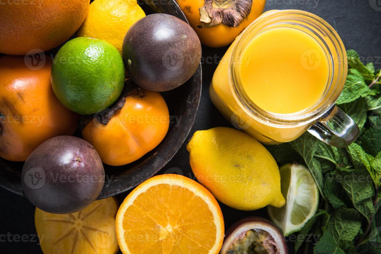 smoothie de frutas tropicais e exóticas, conceito de dieta foto