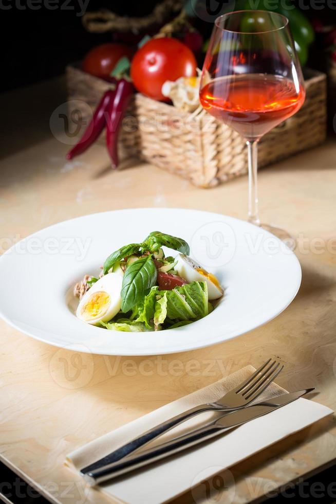 prato de salada primavera com morango, ovos e atum foto
